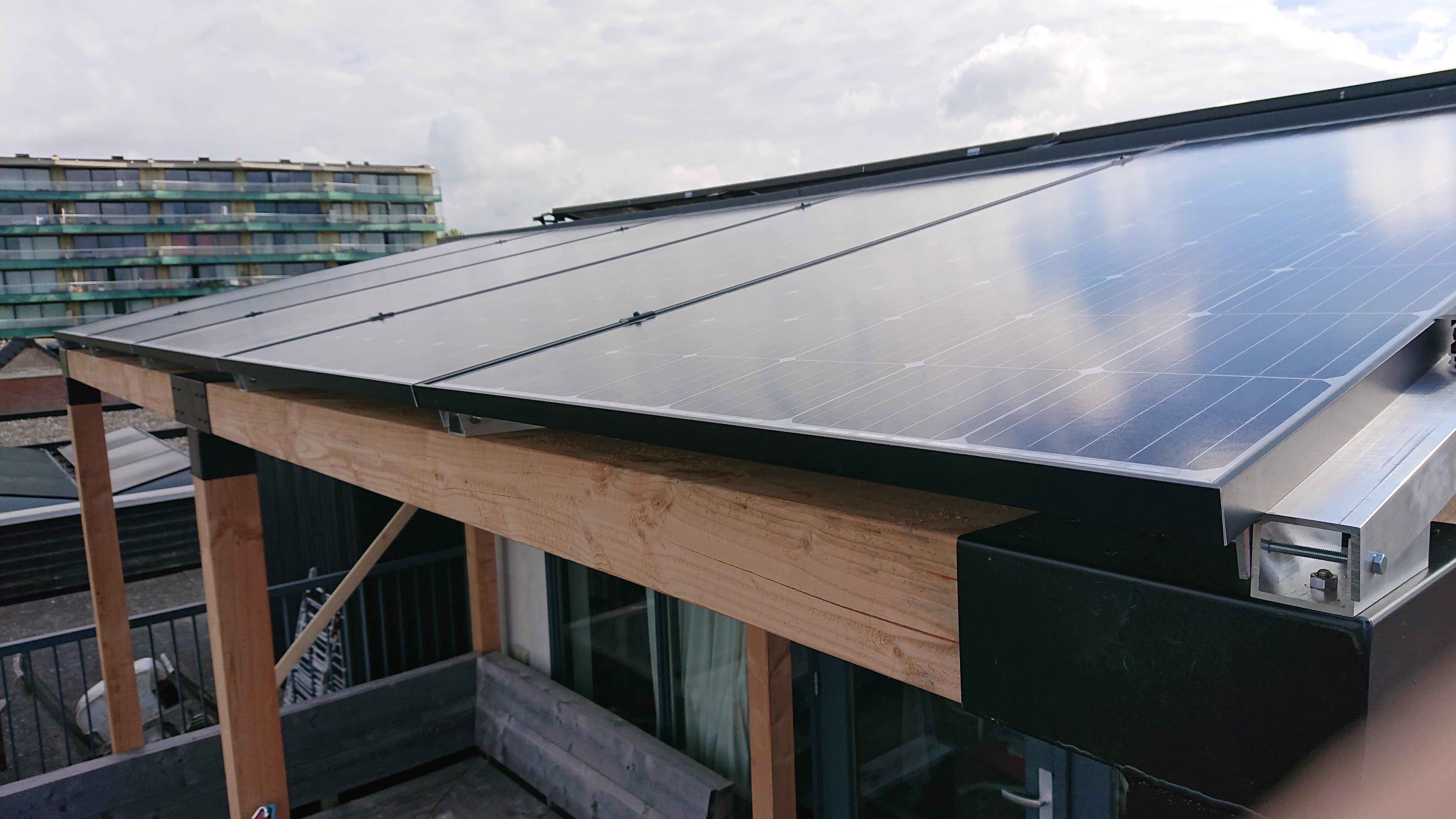 Schaduw en stroom met veranda met 5x JA Solar 380Wp Bi-facial glas-glas