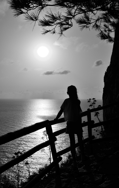 Calpé Spanje in nog veilige tijden. Silhouet foto van mijn kleindochter op een vroege ochtend .